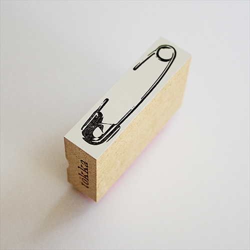 紙を安全ピンで留めちゃおう 安全ピンの形をしたスタンプ「tokka 安全ピンスタンプ」002