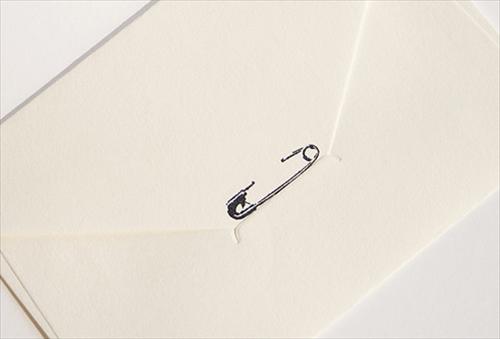 紙を安全ピンで留めちゃおう 安全ピンの形をしたスタンプ「tokka 安全ピンスタンプ」003