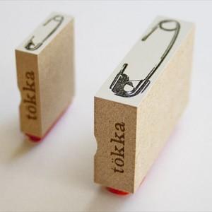 紙を安全ピンで留めちゃおう 安全ピンの形をしたスタンプ「tokka 安全ピンスタンプ」004