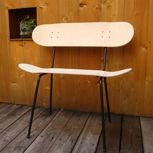 スケートボードが椅子に「Indigo sea スケートボード デッキ」002