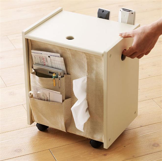リモコンや小物を入れられるポケットが付いたサイドテーブル Floor Wagon001