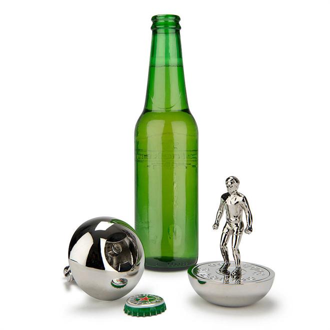 蹴るのはボールではなく王冠 サッカーのテーブルゲーム「サブテオ」のコマのボトルオープナー001