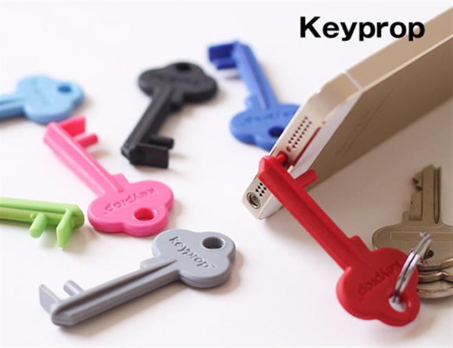 カギみたいだけど実はスマートフォンスタンド  Keyprop001