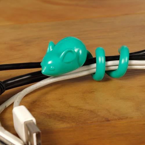 スルスルとケーブルの束をはうネズミ マウステイル コードラップ002