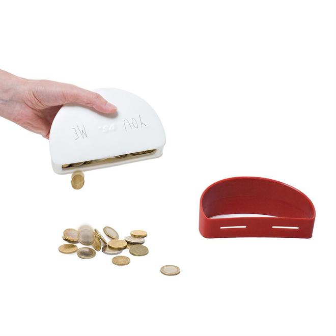 お金が貯まるのはどちらが早い? 投入口が2つある貯金箱 DUELL003