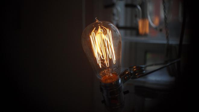 シンプルながらも個性豊かなアンティーク調の電球 EDISON BULB005