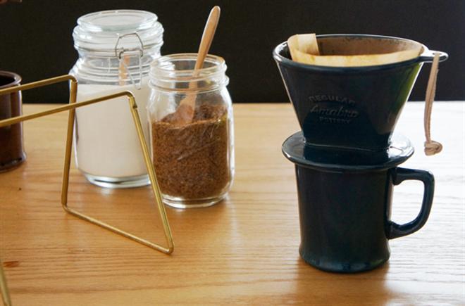 和食器に使われる釉薬で色付けした陶器のコーヒードリッパー amabro REGULAR DRIPPER005