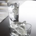 コップで泳ぐのは氷の鯉 鯉のカタチをした氷が作れるアイストレイ