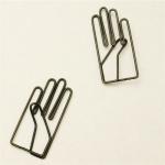 右手が「やぁ!」と手を挙げているクリップ 月光荘画材店 右手クリップ
