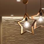 木製の星が部屋を飾る 星形のペンダントライト DOM