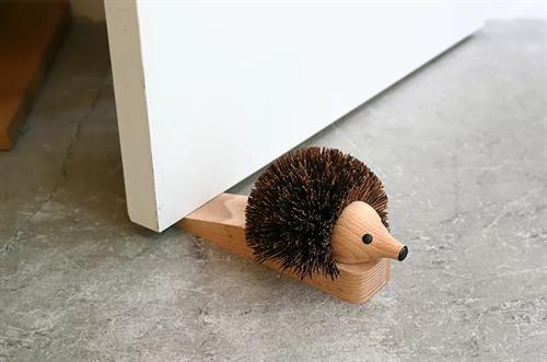 靴の泥を落としてくれるかわいいハリネズミ ハリネズミのドアストッパー001