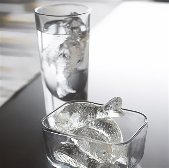 コップで泳ぐのは氷の鯉 鯉のカタチをした氷が作れるアイストレイ001