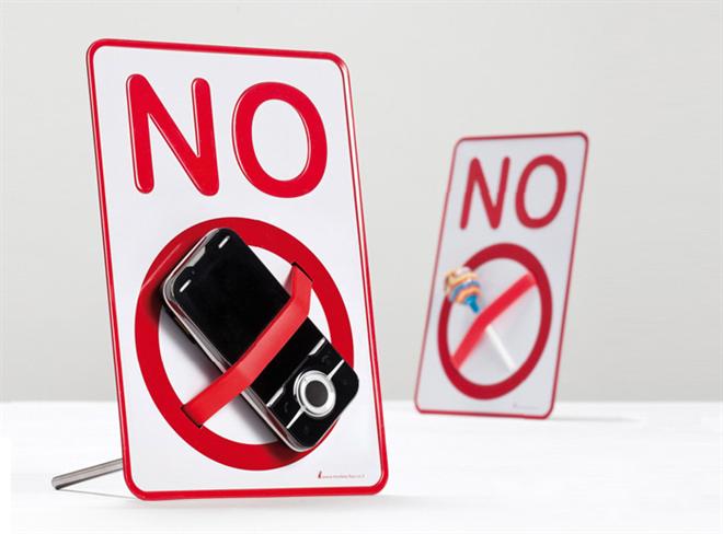 実物を封印しちゃう注意喚起の小さい標識 NO SIGN Desktop holder a message003