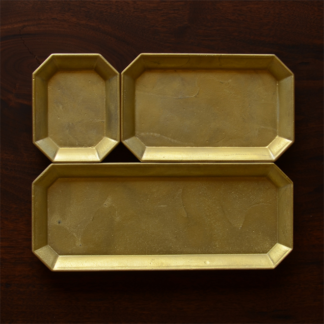 使えば使うほど味が出る 真鍮で作られた鋳物のトレイ FUTAGAMI 文具トレイ001