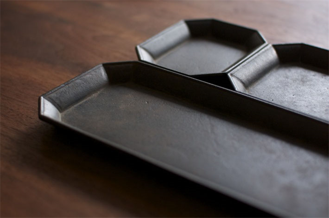 使えば使うほど味が出る 真鍮で作られた鋳物のトレー FUTAGAMI 文具トレイ001