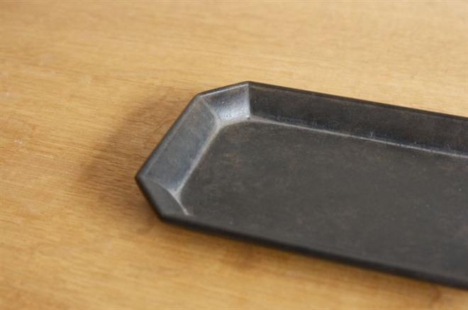 使えば使うほど味が出る 真鍮で作られた鋳物のトレー FUTAGAMI 文具トレイ004
