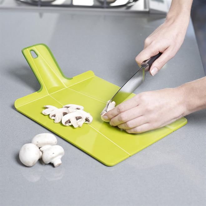 切った食材をまな板から直接お鍋にドボン 折れるまな板 JOSEPH JOSEPH チョップツーポットプラス002